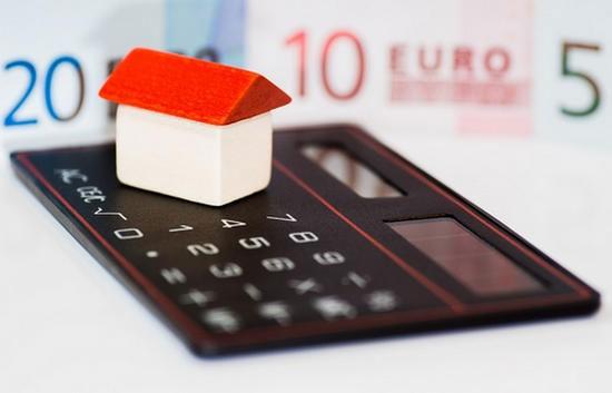 на калькуляторе стоит домик