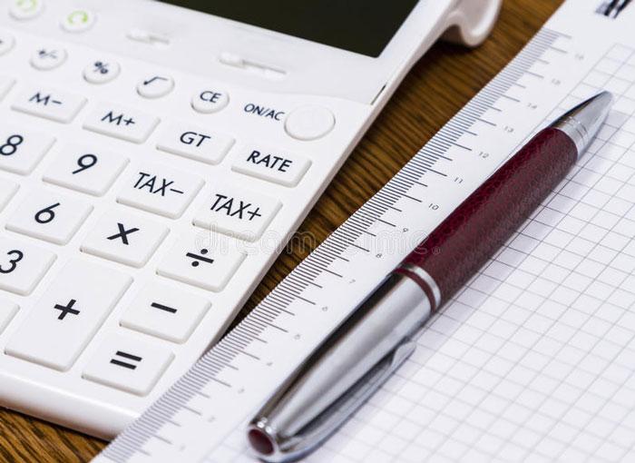 калькулятор с ручкой на столе