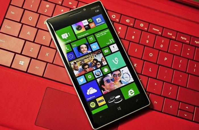 Windows 10 mobile лежит на клавиатуре ноутбука